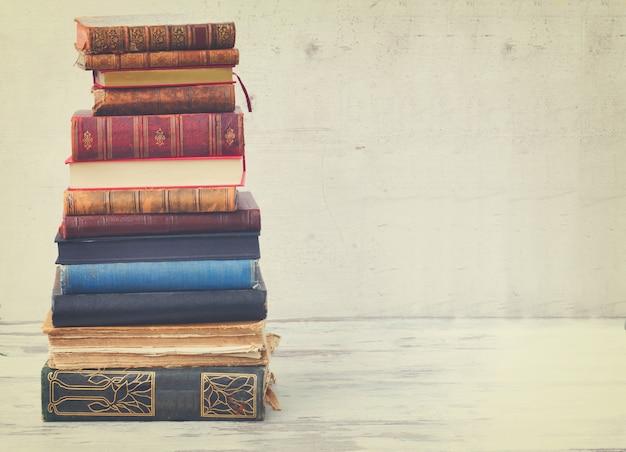 Wieża książek na białym drewnianym pulpicie
