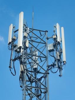 Wieża łączności komórkowej 5g wieża telekomunikacyjna na tle błękitnego nieba