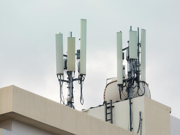 Wieża łączności komórkowej lte, gsm, 2g, 3g, 4g, 5g. wieża telekomunikacyjna zainstalowana na najwyższym piętrze budynku.