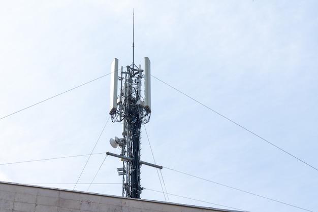 Wieża łączności telefonicznej anteny przekaźnikowej stacji komórkowej