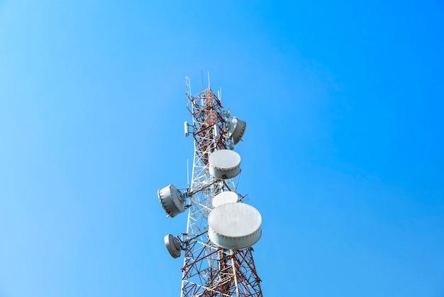 Wieża łączności z błękitne niebo