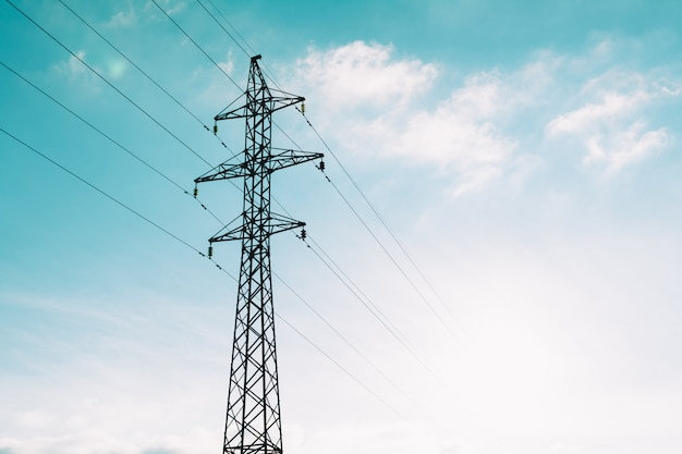 Wieża linii energii elektrycznej na chmury niebieski