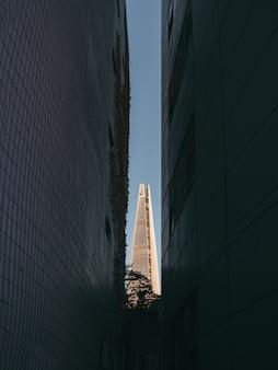 Wieża lotte między budynkami
