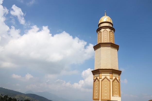 Wieża meczetu z niebieskim tłem nieba
