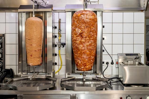 Wieża mięsna doner kebab w lokalnej restauracji z pizzą i gyrosem