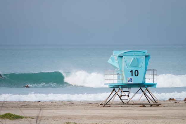 Wieża numer dziesięć na plaży, ratownik