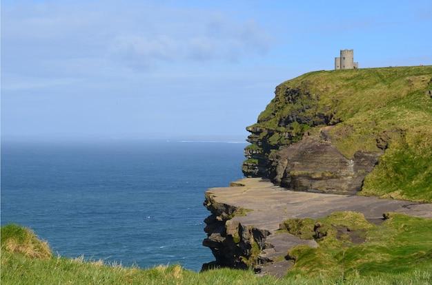 Wieża o'briena wznosi się na klifach morskich moher w irlandii.