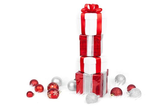 Wieża pudełek na prezenty świąteczne z bombkami