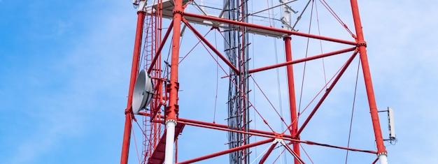 Wieża radiowa 4g tv z anteną paraboliczną i anteną satelitarną.