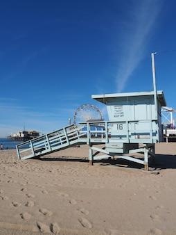 Wieża ratownicza na plaży venice w los angeles w kalifornii, usa