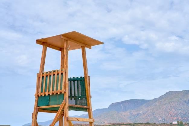 Wieża ratownicza wykonana z drewna na plaży na krecie.