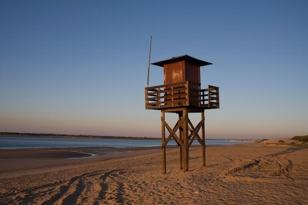 Wieża ratownika na brzegu plaży