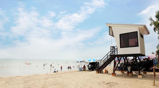 Wieża ratownika na plaży w tle lata
