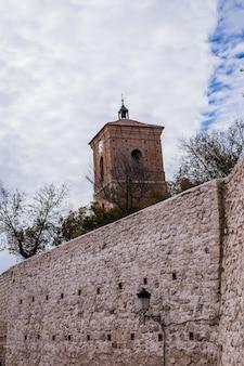 Wieża reloj w chinchon madryt w hiszpanii to mieszanka gotyckiego renesansu i barokowej hiszpańskiej tradycji...