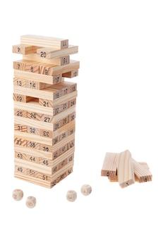 Wieża równowagi. wynik. klasyczna gra w wieżę. jenga. materiał to drewno. zabawka edukacyjna montessori. białe tło. zbliżenie.