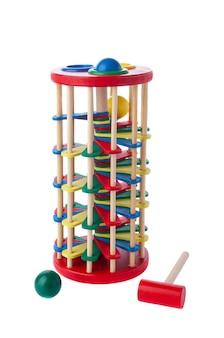 Wieża równowagi. zabarwienie. kołatka z młotkiem. materiał to drewno. zabawka edukacyjna montessori. białe tło. zbliżenie.