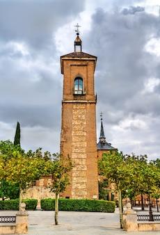 Wieża santa maria w alcala de henares niedaleko madrytu, hiszpania