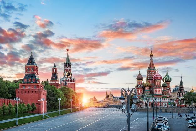 Wieża spassky i cerkiew wasyla błogosławionego w moskwie