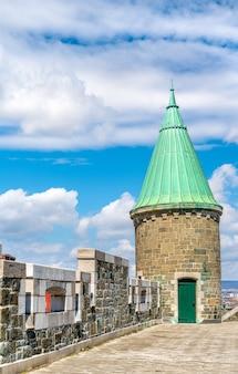 Wieża st. john gate w mieście quebec - quebec, kanada