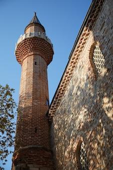 Wieża starożytnego meczetu w turcji