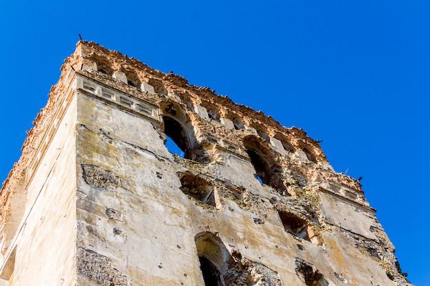 Wieża starożytnego średniowiecznego zamku na tle błękitnego nieba