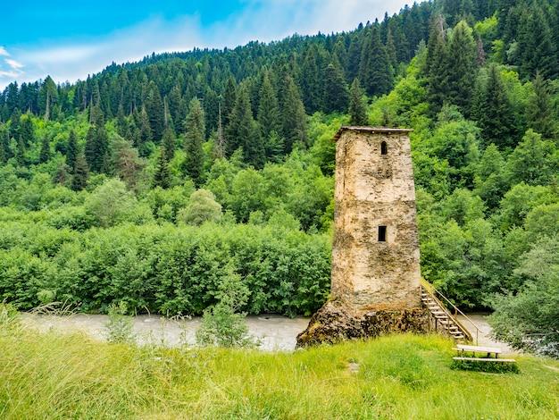 Wieża svan na wsi swanetia, gruzja