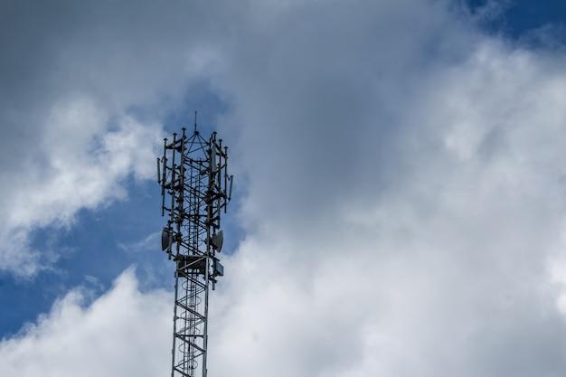 Wieża telefonii komórkowej z chmurami w tle