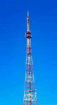 Wieża telekomunikacyjna na niebieskim niebie