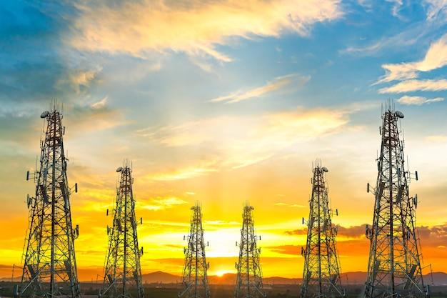 Wieża telekomunikacyjna przeciw kolorowe niebo zachód słońca