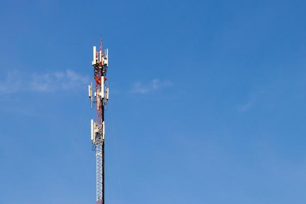 Wieża telekomunikacyjna z błękitne niebo