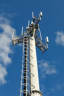Wieża telekomunikacyjna z nadajnikami 4g, 5g.