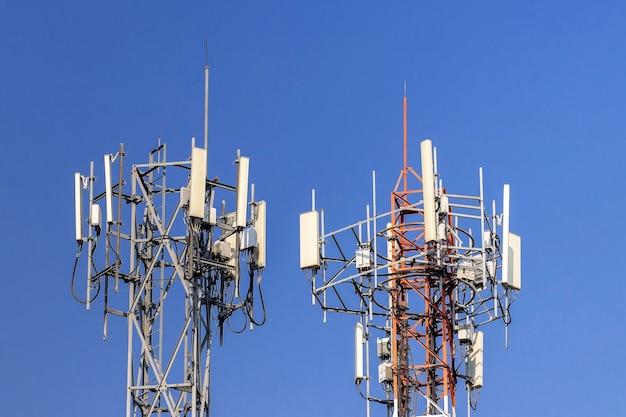 Wieża telekomunikacyjna z niebieskim niebem
