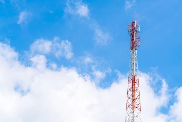 Wieża telekomunikacyjna z piękne niebo.