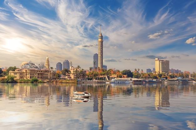 Wieża telewizyjna i centrum kairu na nilu, egipt.