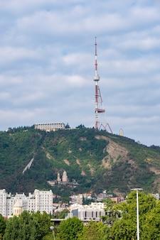 Wieża telewizyjna na wzgórzu mtatsminda w tbilisi w gruzji. technologia