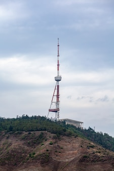 Wieża telewizyjna w tbilisi na górze mtatsminda, gruzja