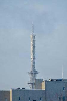 Wieża telewizyjna w zimowy dzień