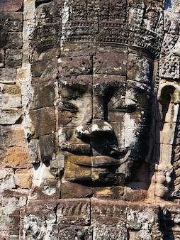Wieża twarzowa w świątyni bayon w kompleksie angkor wat, siem reap, kambodża
