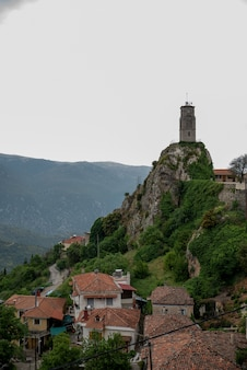Wieża w górskim mieście arachova w grecji