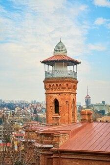 Wieża widokowa na dachu budynku mieszkalnego w tbilisi. panorama miasta.
