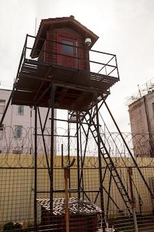 Wieża więzienna i ogrodzenie z drutu kolczastego