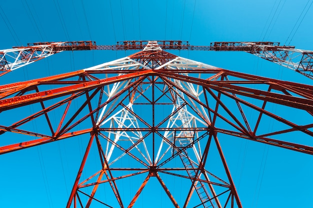 Wieża wysokiego napięcia. niebo wieży wysokiego napięcia