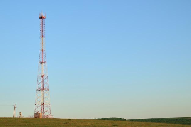 Wieża wzmocnienia i odbioru komunikacji komórkowej
