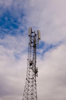 Wieża z anteną sieci komórkowej 5g i 4g