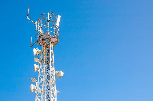 Wieża z antenami operatora komórkowego na niebie