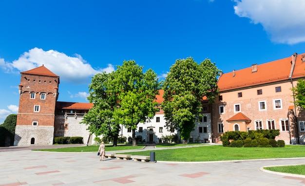 Wieża zamku na wawelu, kraków, polska. europejskie miasto ze starodawną architekturą, znanym miejscem podróży i turystyki