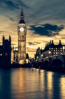 Wieża zegarowa big bena w londynie o zachodzie słońca, specjalna obróbka fotograficzna.