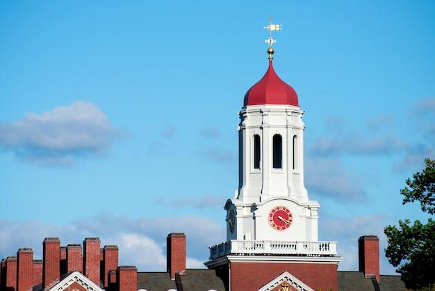 Wieża zegarowa domu dunster w pobliżu uniwersytetu cambridge w bostonie