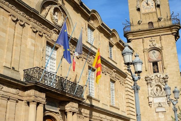 Wieża zegarowa i budynek ratusza w aix en provence, francja