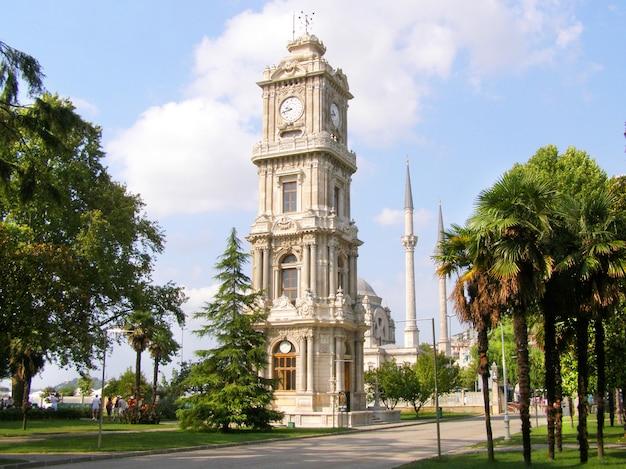 Wieża zegarowa na terenie pałacu dolmabahce w stambule.